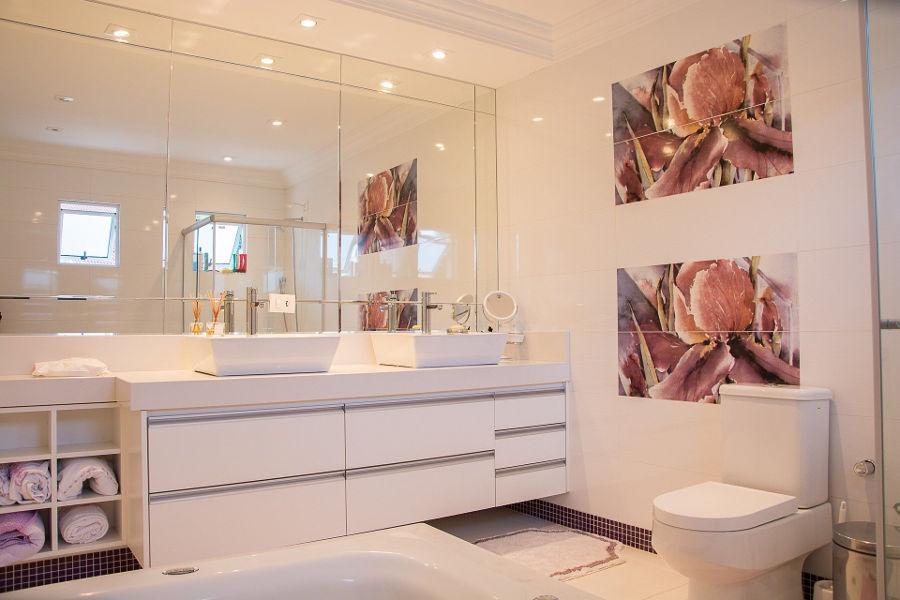 Oświetlenie lustra w łazience – na co zwracać uwagę