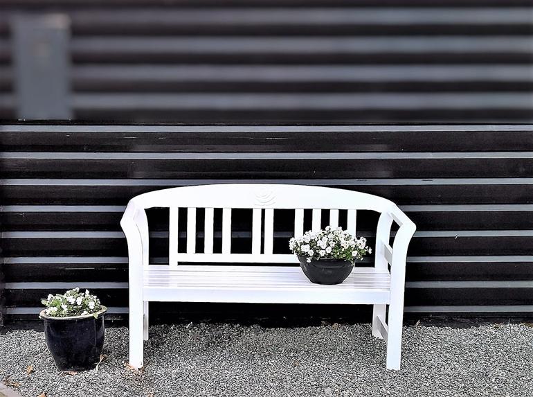 Białe meble ogrodowe – aranżacja zielonej przestrzeni na nowo