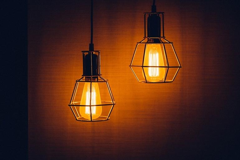 Oświetlenie industrialne – pomysł na urozmaicenie klasycznego wnętrza